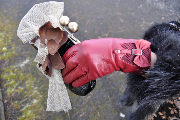Pulse leather gloves €25