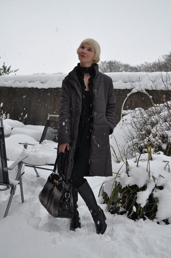 Philip Russel Puffer Coat I spent €20 on in Hungary, worn with leggings (€20 Topshop), Philip Russel jumper (€3 in Hungary), Penney's twisted scarf and Pilar Abril Bag (€50)