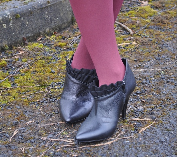 Black ankle shoes with black ruffles by Dune